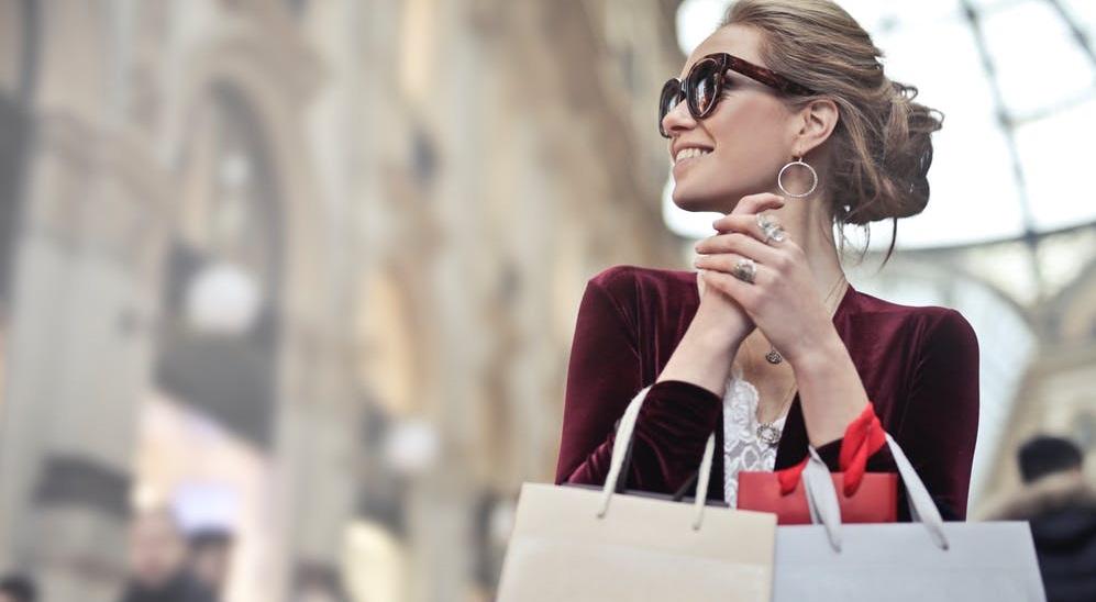 optik inspektor frau kauft im internet mit sonnenbrille