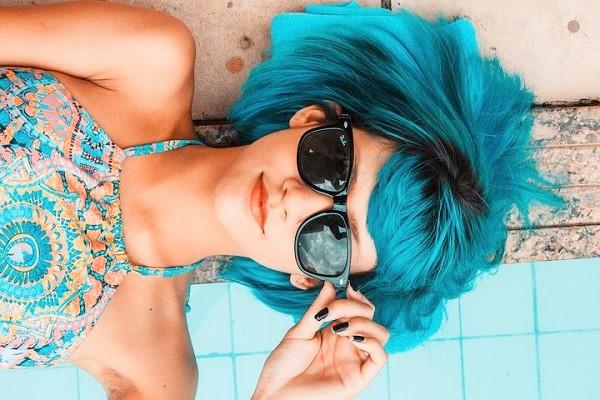 optik inspektor maedchen blaues haar sonnenbrille