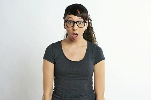 der optik inspektor überraschter nerd mit brille